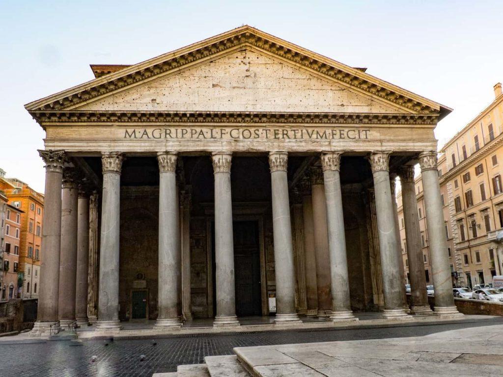 Le Panthéon de Rome au cœur d'une jolie place pavée