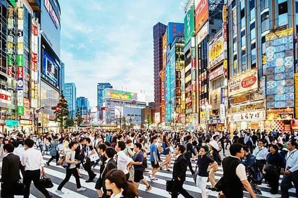 Rues de Tokyo pour de multiples activités le soir