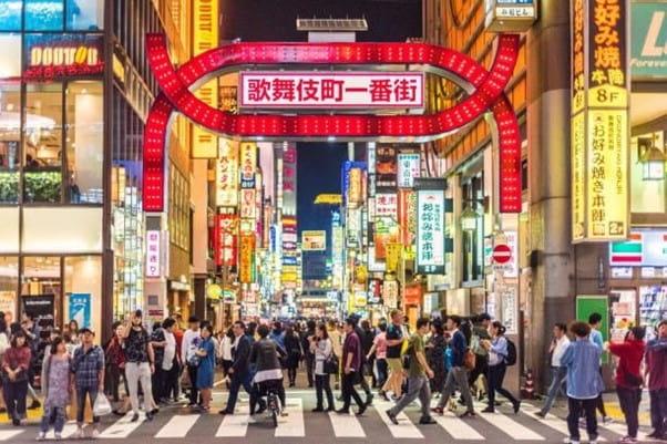 Rues de Tokyo le soir pour de multiples activités