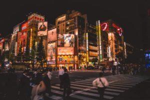 Les rues de Tokyo le soir pour des activités