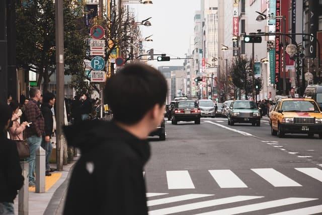 Touriste dans les rues de Tokyo à la recherche d'activité à faire