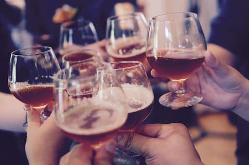 Touristes avec un verre dans un bar à Tokyo