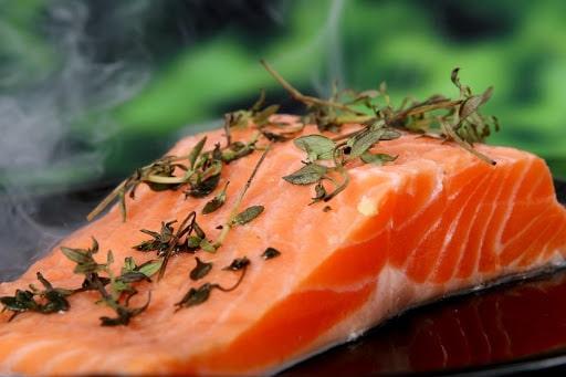 saumon dans le meilleur restaurant de Tokyo