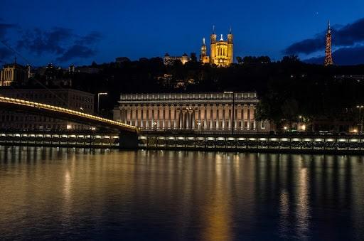 Bâtiment à Lyon le soir