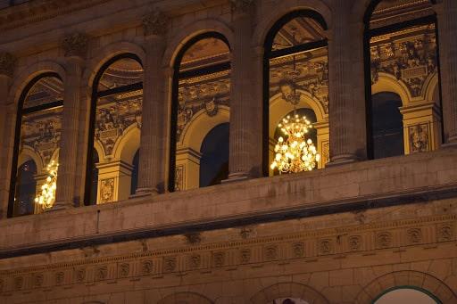Regarder les bâtiments de Lyon s'illuminer le soir