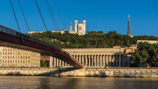 Aller en amoureux à la place de la Fourvière à Lyon