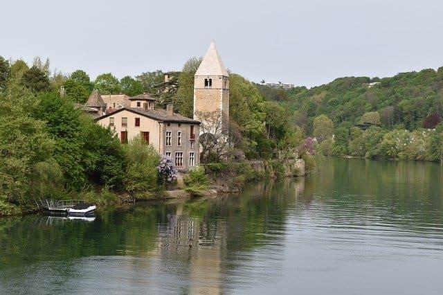 Un moment romantique en amoureux sur l'île Barbe à Lyon