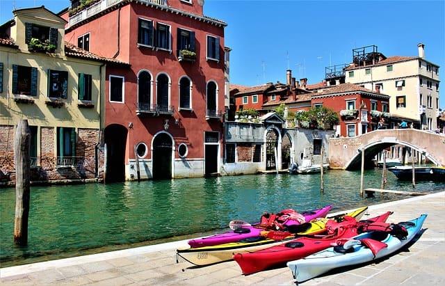Balade en kayak, une des activités insolites de Venise