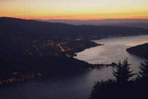 Le lac d'Annecy avec un beau coucher de soleil