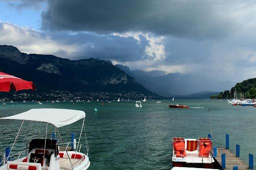 Le lac d'Annecy, idéal pour passer de bon moments le soir