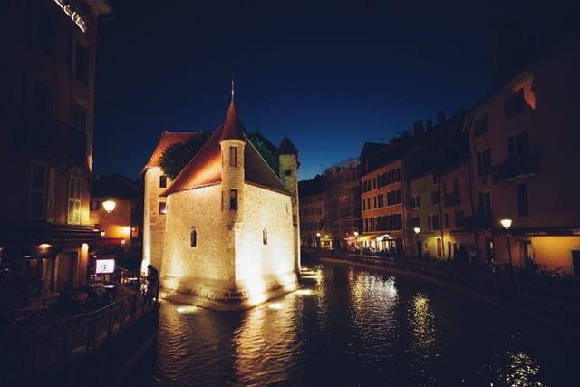 Le Palais de l'Isle à Annecy magnifiquement éclairé le soir