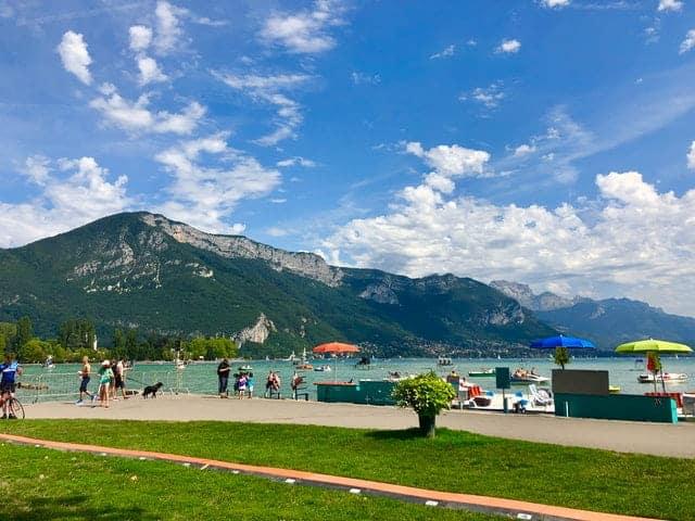 Le lac d'Annecy, idéal pour voyager pas cher