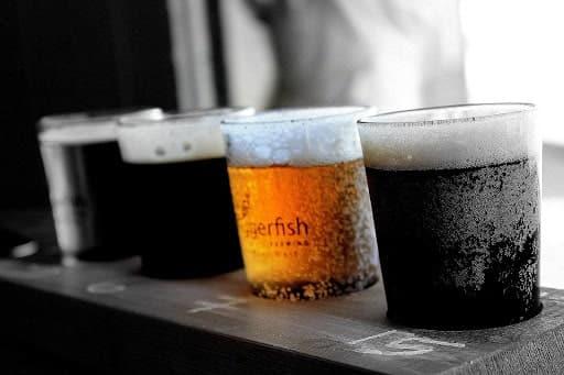 Bonne bière entre amis dans un bar à Annecy
