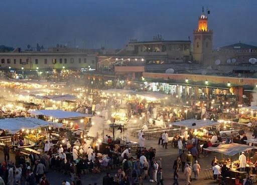 La place Jemaa el-Fna dans le quartier de la Médina à Marrakech
