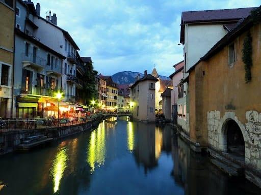 Balade sur les canaux , idéal pour découvrir Annecy en 1 jour