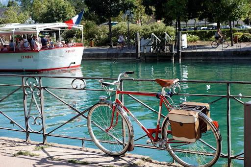 Se déplacer à vélo à Annecy pour faire des économies