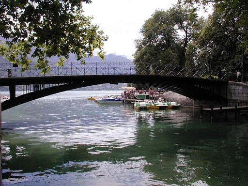 Passage sur le pont des Amours durant vos 4 jours à Annecy